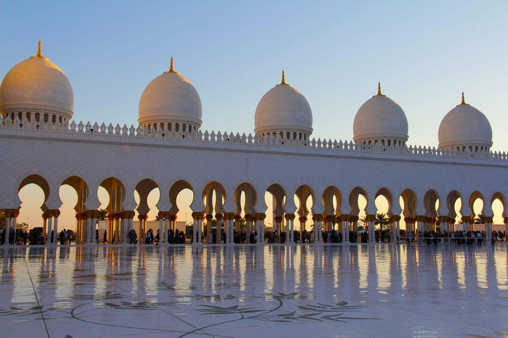 Meczet w Abu Zabi dziedziniec