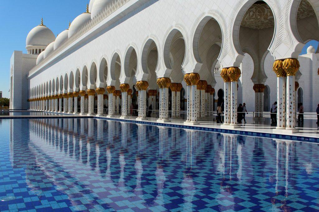 Meczet w Abu Zabi otoczony basenami