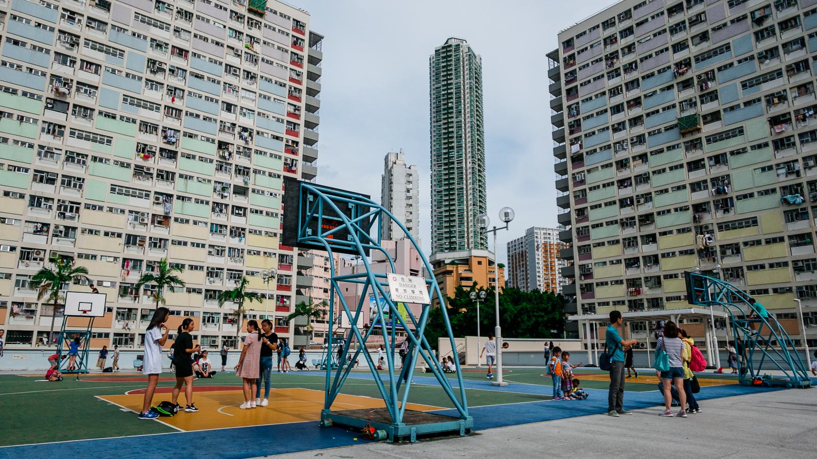 Kolorowe boisko do koszykówki w Hongkongu