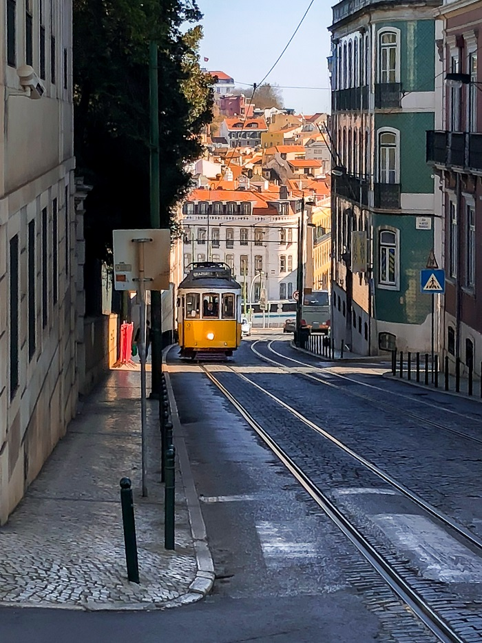 Żółty zabytkowy tramwaj Lizbona